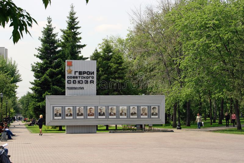 Supporto con i ritratti degli eroi del giorno di molla dell'Unione Sovietica dentro fotografia stock