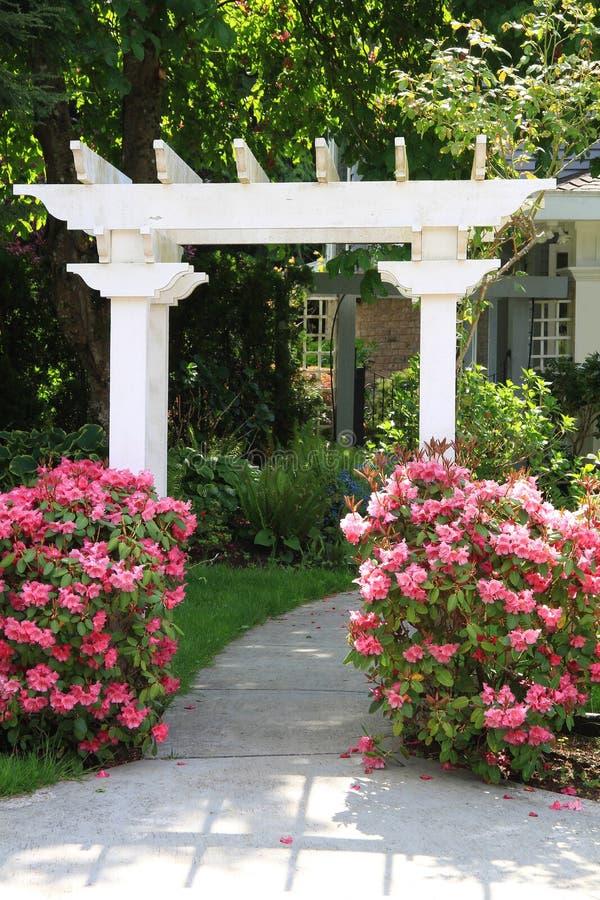 Supporto conico del giardino e fiori dentellare. immagine stock libera da diritti