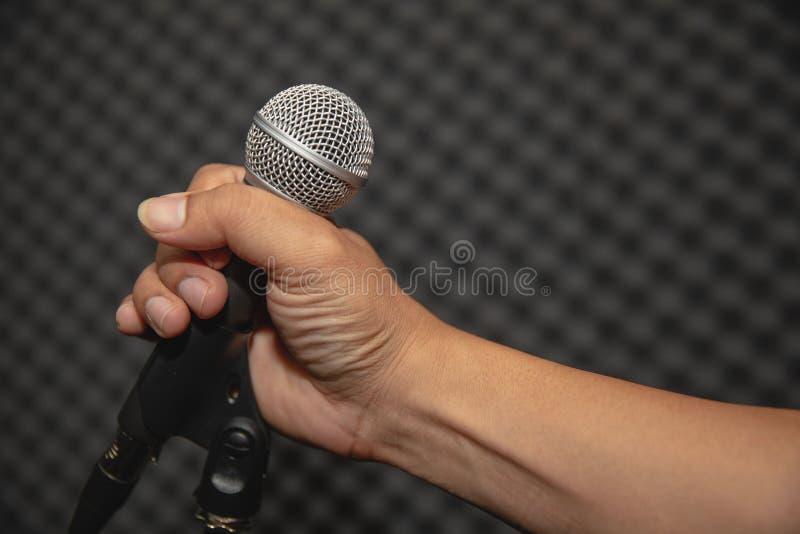 Supporto del microfono nello studio di musica per addestramento di musica o la registrazione di musica immagine stock