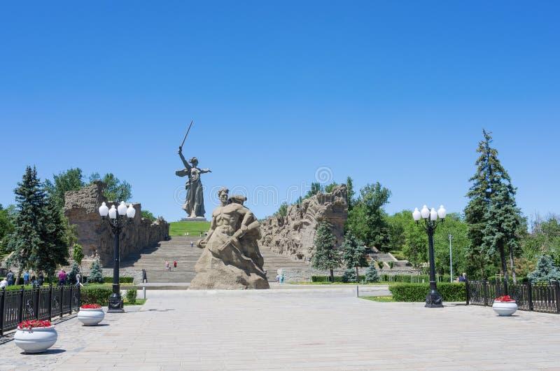 Supporto del ` del monumento alla morte! il ` di Parete-rovine del `, del ` e la patria del ` chiama! ` sulla collina di Mamayev immagine stock libera da diritti