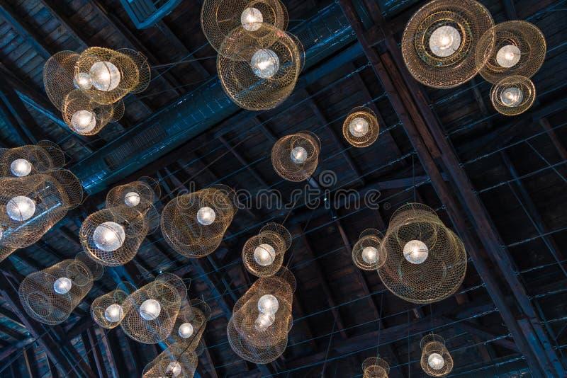Supporto del tetto delle luci della gabbia del pesce il retro con ventilazione convoglia la vecchia costruzione immagini stock