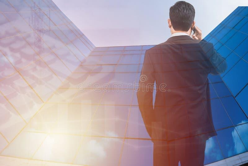 Supporto dell'uomo di affari e Smart Phone astuti della tenuta immagini stock