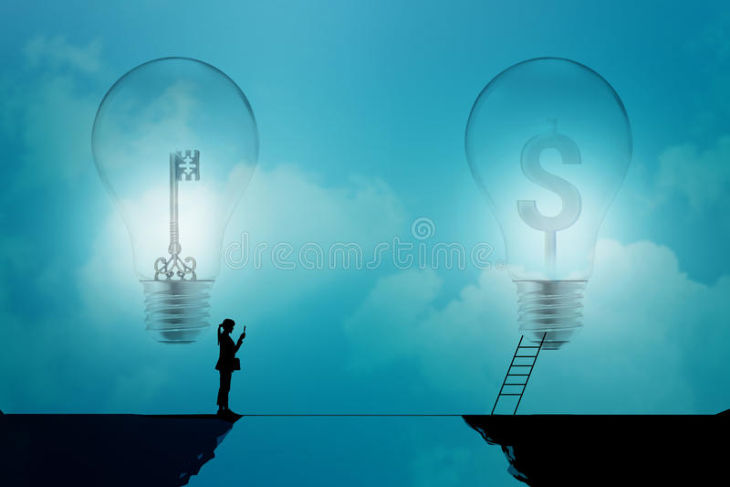 Supporto della donna di affari su una scogliera con la chiave e simboli di dollaro in lampadine su un fondo blu, concetto di affa fotografia stock libera da diritti
