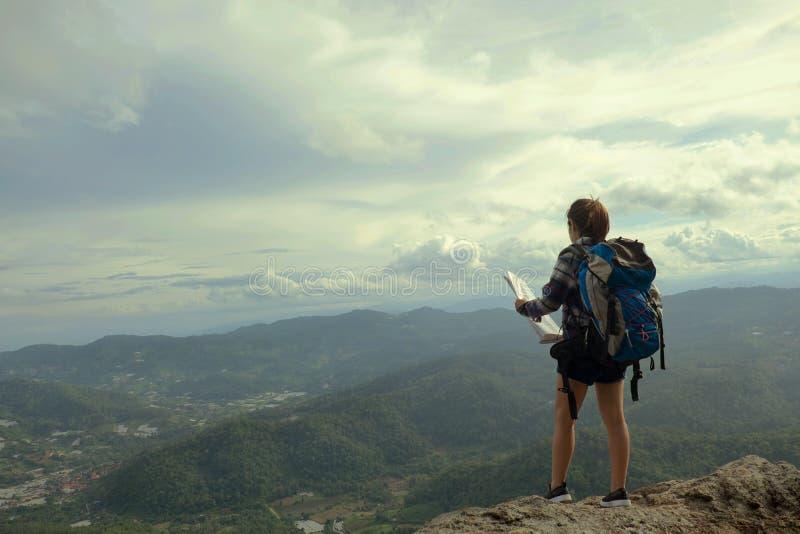 Supporto della donna sulla montagna con il concetto di avventura e di viaggio fotografia stock libera da diritti