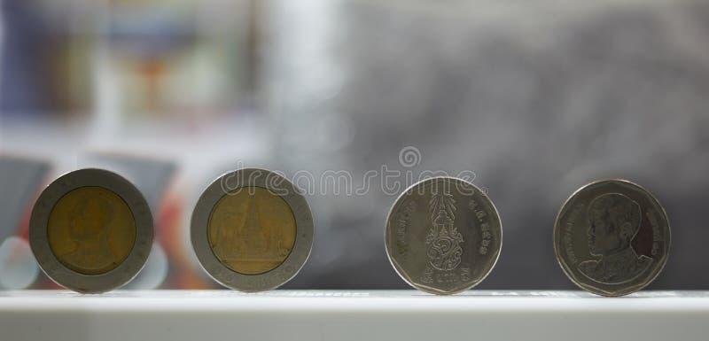Supporto della moneta baht da cinque e da dieci baht sul fondo della sfuocatura fotografia stock