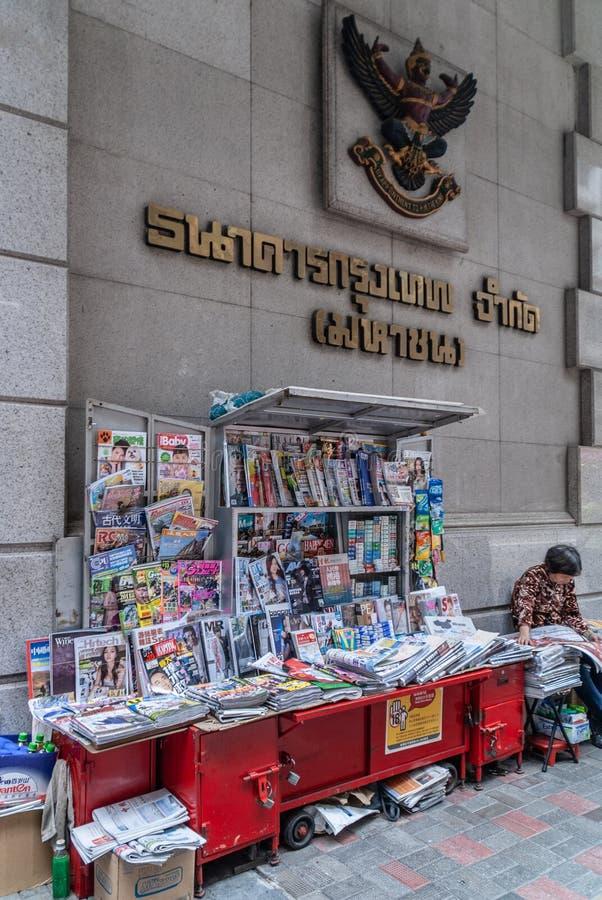 Supporto della rivista sulla centrale della strada del DES Voeux, Hong Kong Island, Cina immagini stock