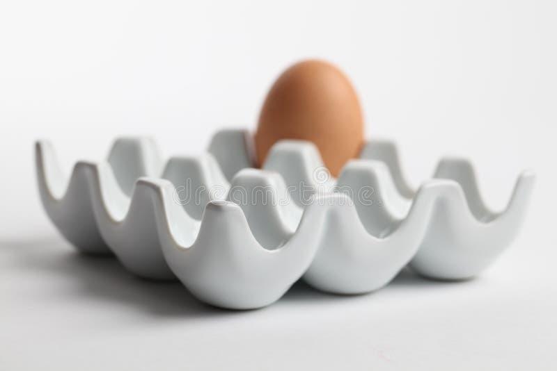 Supporto di ceramica dell'uovo con l'uovo marrone del pollo immagine stock libera da diritti
