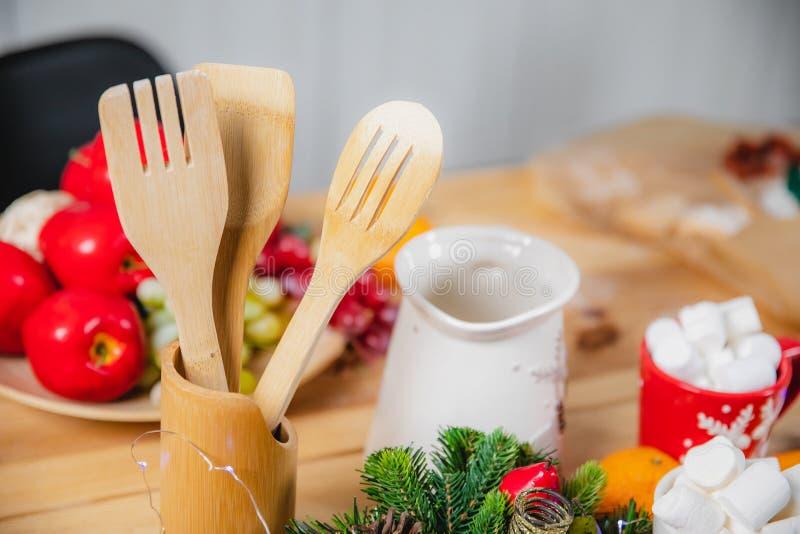 Supporto di legno di legno dei cucchiai e delle pale della cucina sulla superficie della tavola fotografie stock libere da diritti