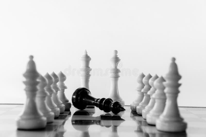 Supporto di re e della regina di scacchi su una scacchiera dopo la vittoria immagine stock