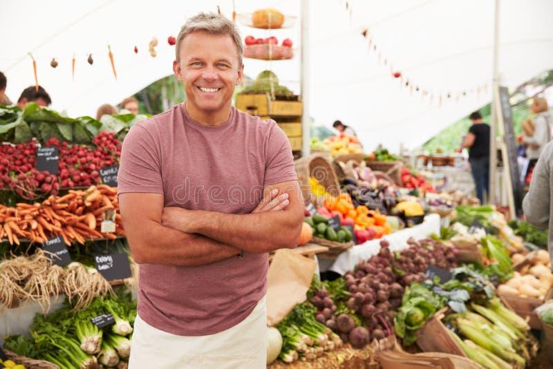 Supporto maschio della stalla al mercato dell'alimento fresco degli agricoltori immagini stock