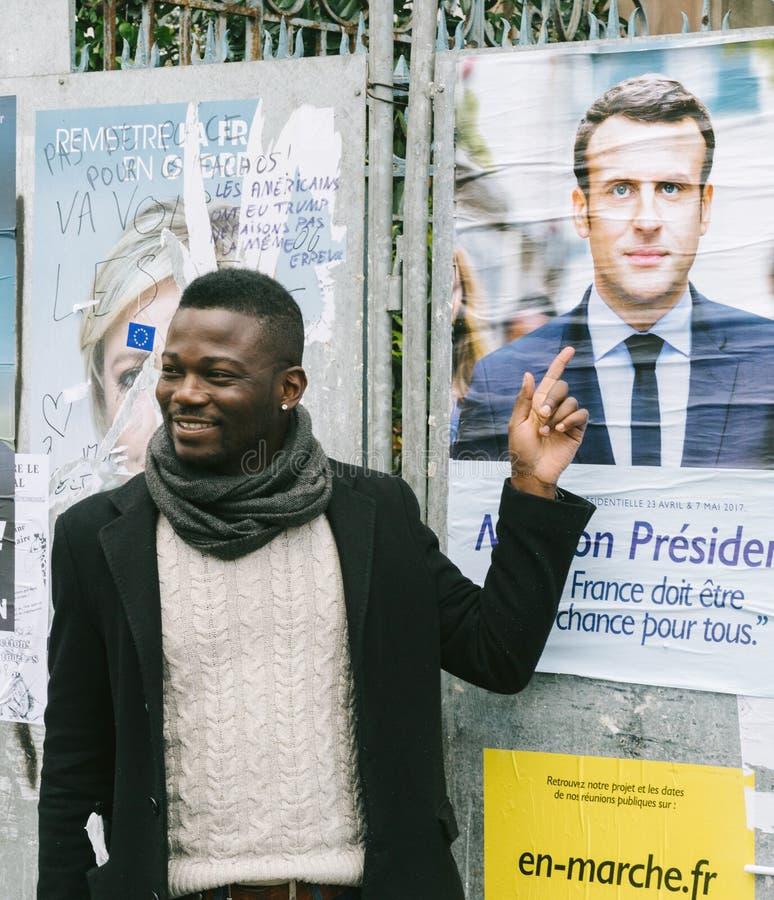 Supporto nero di rappresentazione dell'uomo di etnia ad Emmanuel Macron fotografia stock libera da diritti