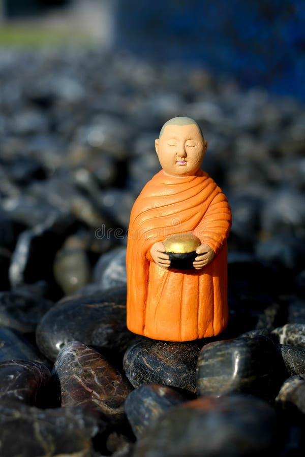 Supporto per le elemosine che si riuniscono, monaco ceramico del monaco buddista immagini stock libere da diritti