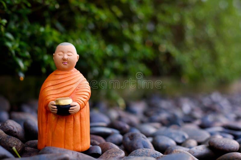Supporto per le elemosine che si riuniscono, monaco ceramico del monaco buddista fotografia stock libera da diritti