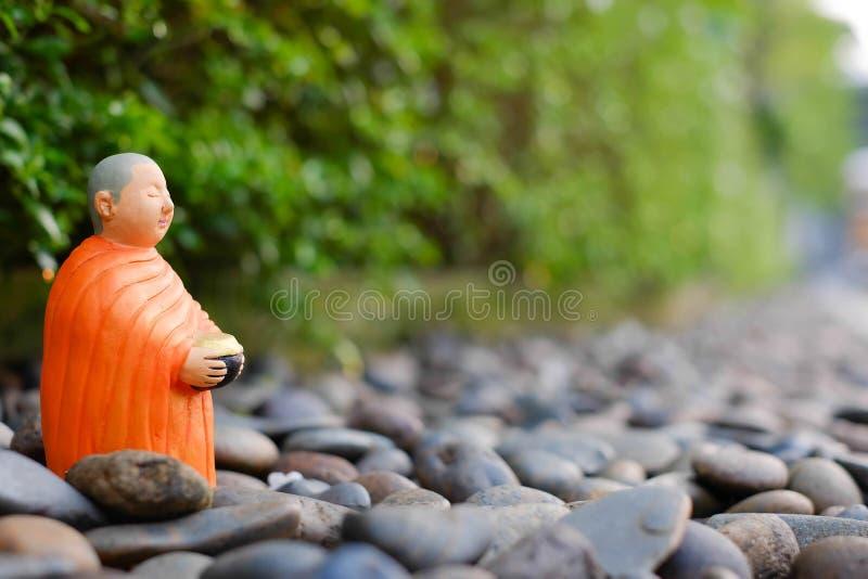Supporto per le elemosine che si riuniscono, monaco ceramico del monaco buddista immagine stock libera da diritti