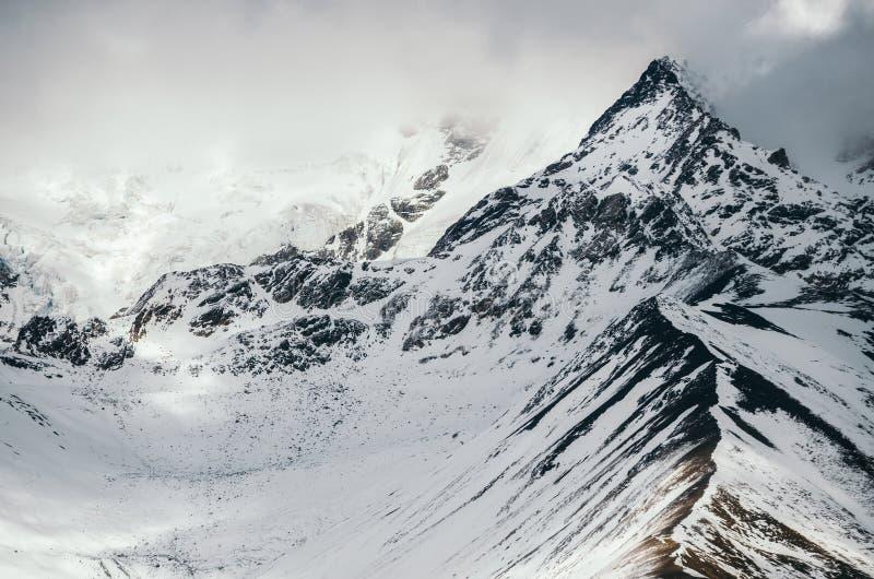 Supporto Shkhara il più alta montagna in Georgia Maggiori montagne di Caucaso fotografia stock libera da diritti