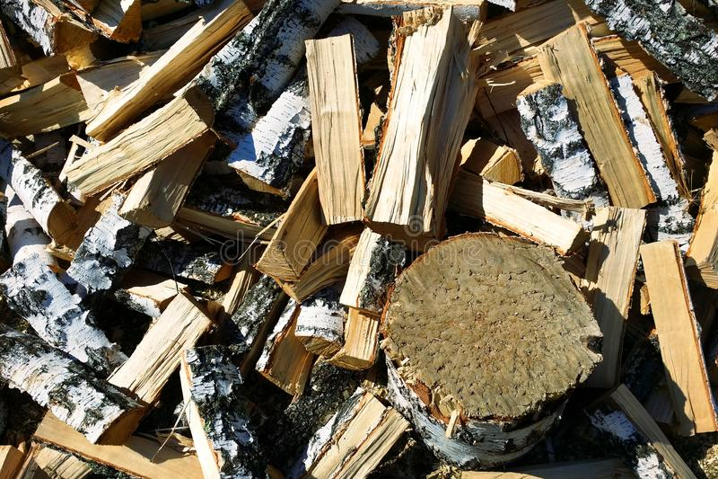 supporto sotto forma di ceppo di albero su fondo di struttura della legna da ardere della betulla fotografie stock