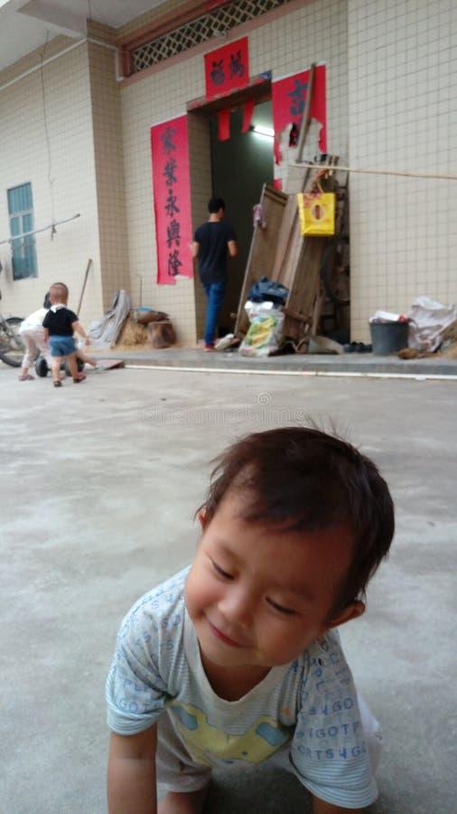 Supporto sveglio del bambino sul pavimento fotografia stock