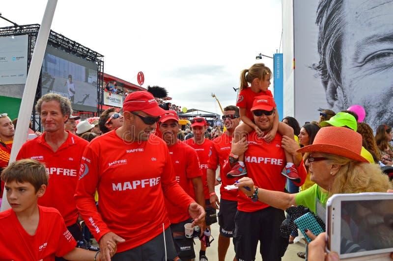Supportrar är efter autografer som det Mapfre besättninghuvudet till deras fartyg royaltyfri bild