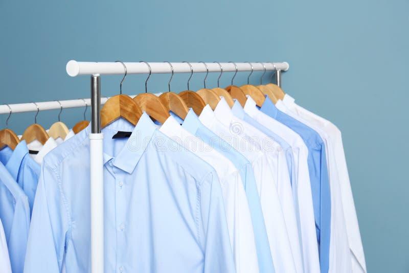 Supports avec les vêtements propres après avoir nettoyé à sec image libre de droits
