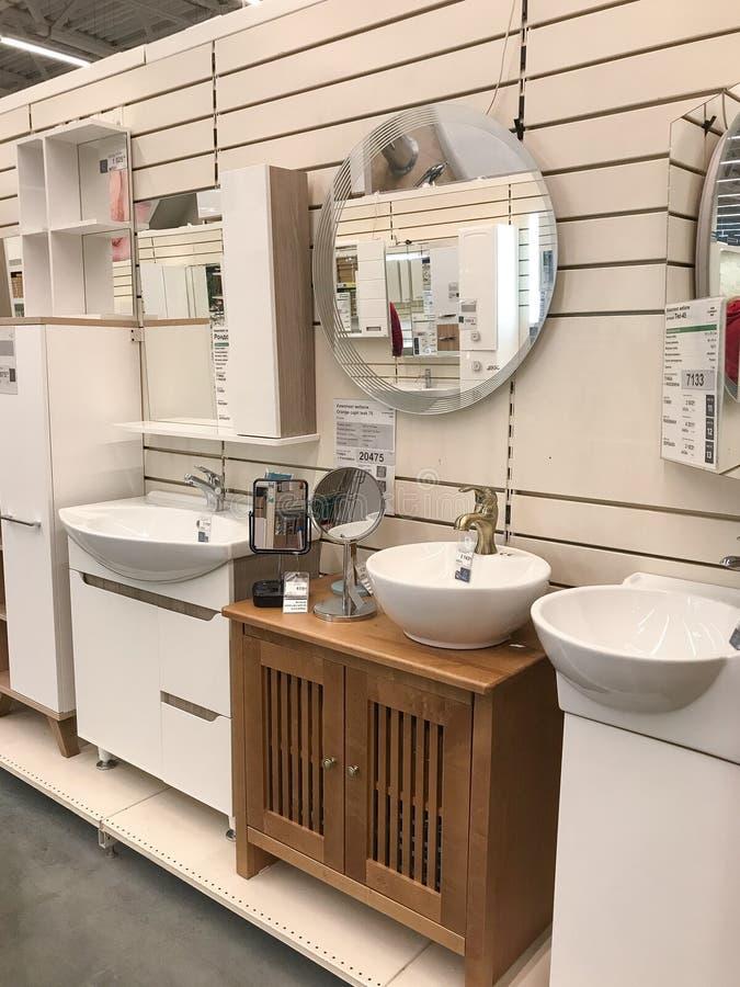 Supports dans le lerua MERLIN de magasin avec des meubles pour le bain images stock