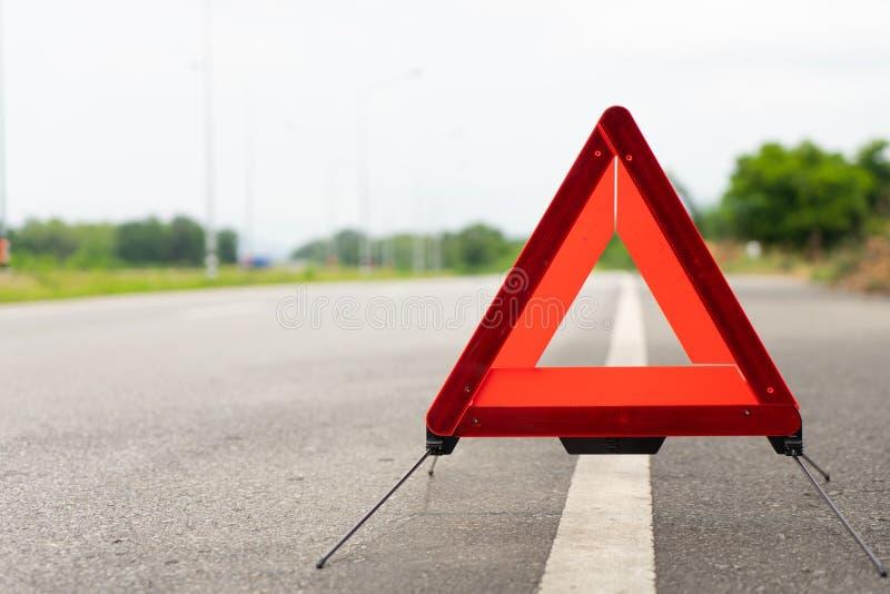 Supports de triangle de panne à côté de la route La voiture cassée se connectent un concept de route photographie stock