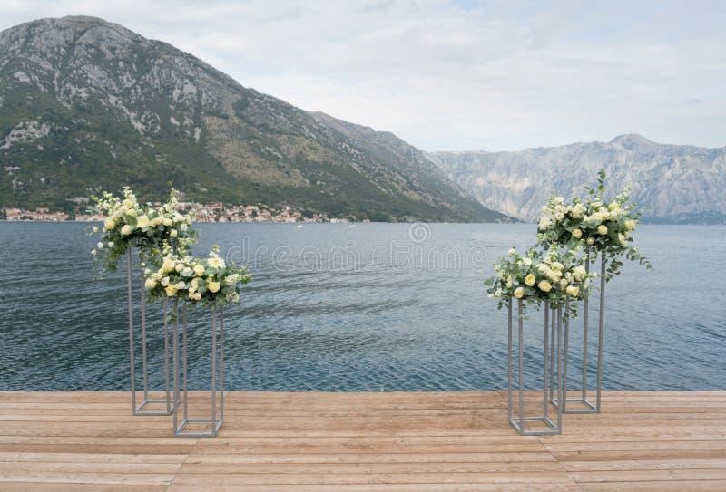 Supports modernes avec des fleurs sur le fond de la mer pour la cérémonie l'épousant photo libre de droits