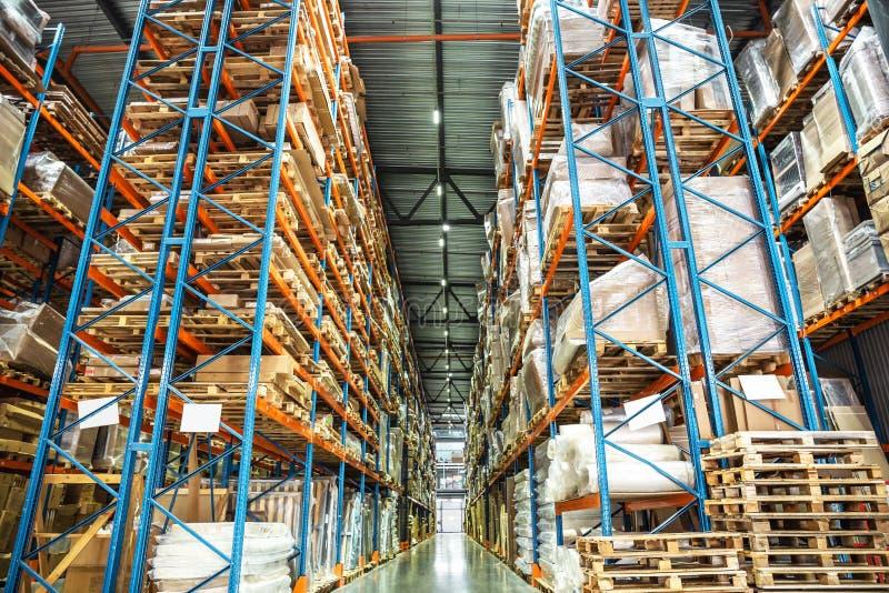 Supports ou étagères de stockage d'entrepôt ou de hangar avec des boîtes et des marchandises La livraison et distribution logisti photographie stock libre de droits