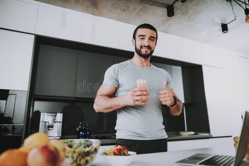 Supports sportifs d'homme dans la cuisine Pose du concept photos libres de droits