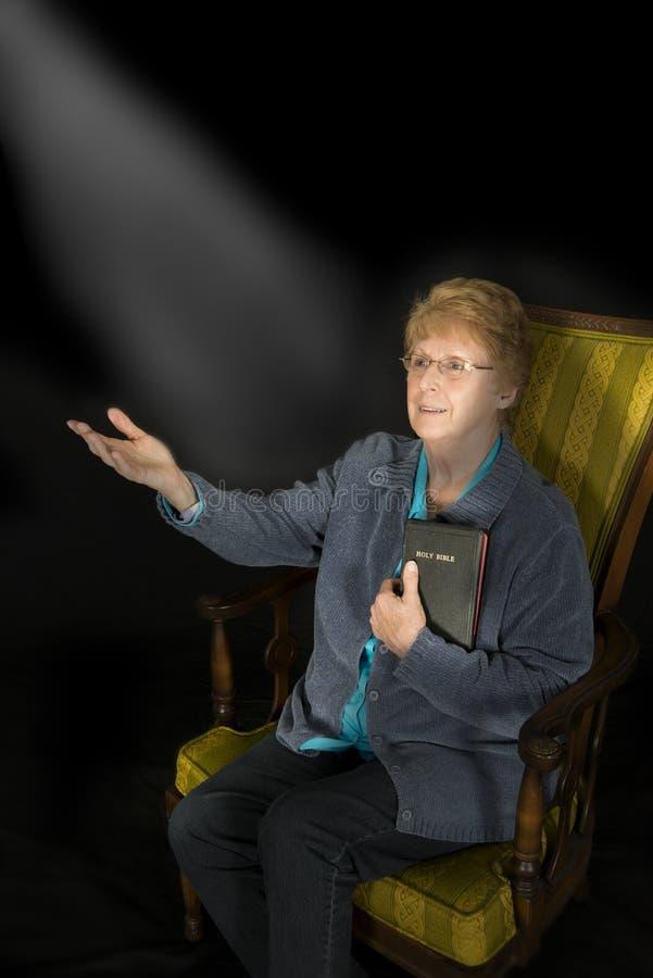 Portrait chrétien de religion de femme supérieure mûre photo stock