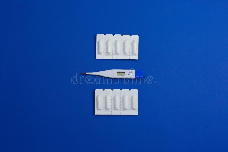Suppositoire médical pour le thermomètre anal ou vaginal d'utiliser-et Bougies pour le traitement de la haute température image libre de droits
