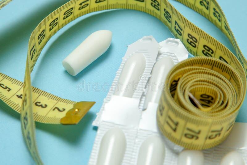 Suppositoire pour la bande de mesure jaune d'utiliser-et anal ou vaginal Bougies pour le traitement de l'obésité, poids supplémen photo libre de droits