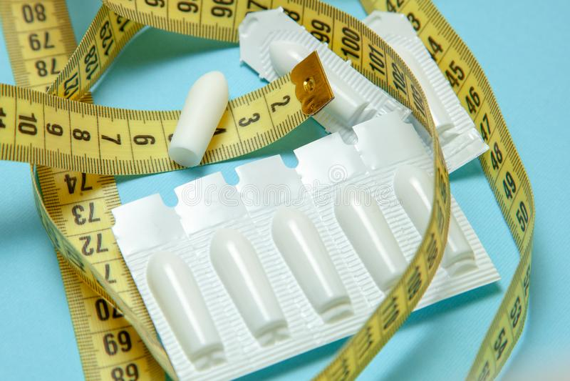 Suppositoire pour la bande de mesure jaune d'utiliser-et anal ou vaginal Bougies pour le traitement de l'obésité, poids supplémen image stock