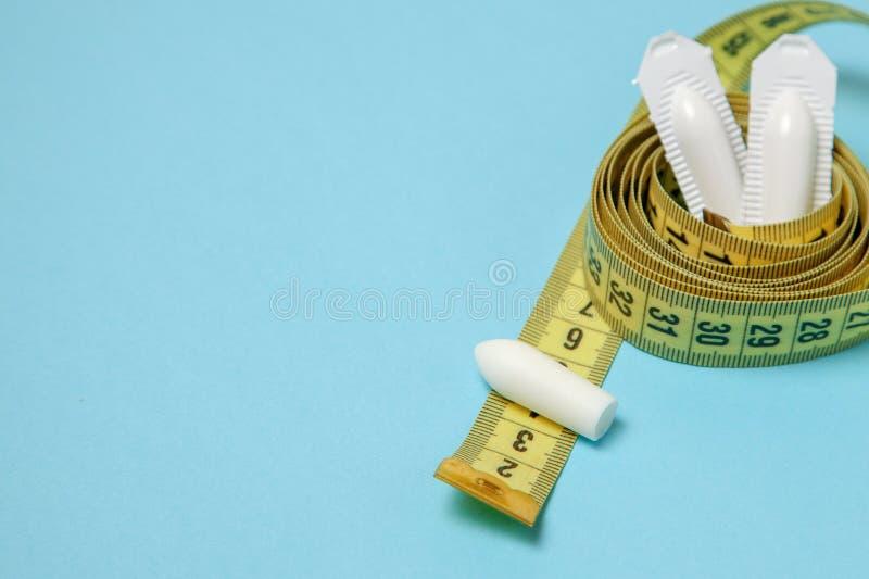 Suppositoire pour la bande de mesure jaune d'utiliser-et anal ou vaginal Bougies pour le traitement de l'obésité, poids supplémen photos stock