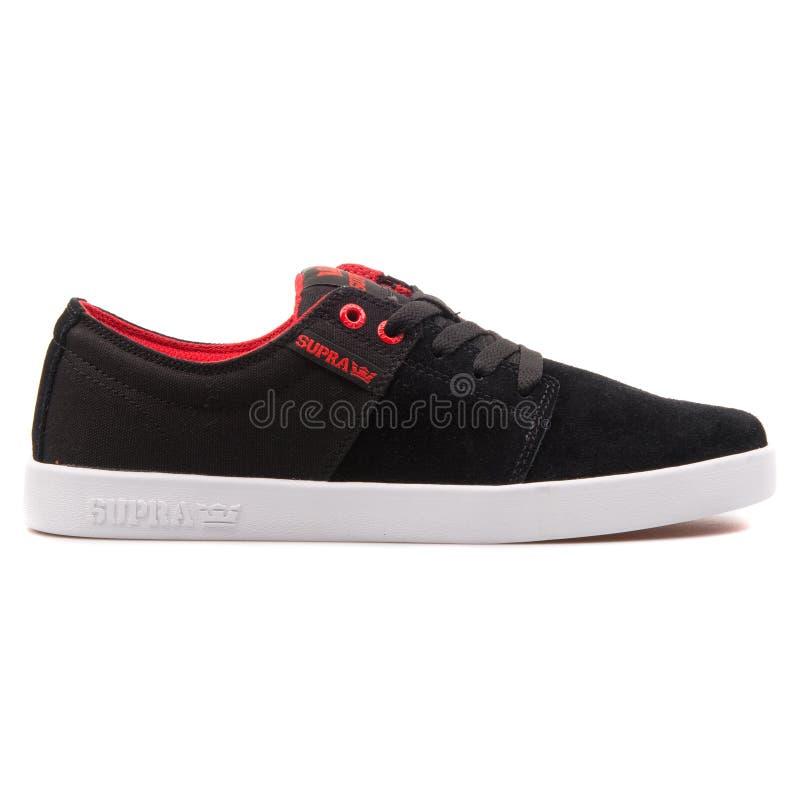 Supra empilha 2 pretos, sapatilhas vermelhas e brancas foto de stock royalty free