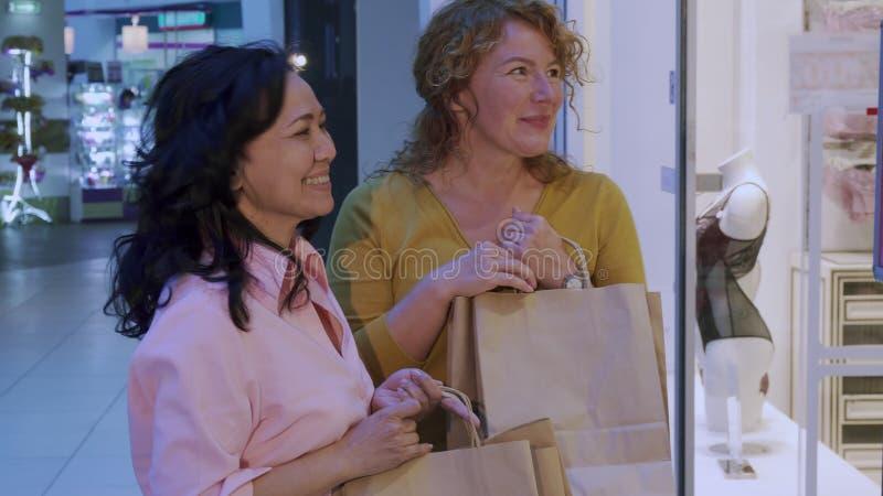 Suprises della donna il suo amico da lei acquisti fotografia stock libera da diritti