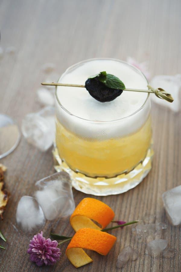 Sur coctail för whisky som tjänas som på restaurangtabellen arkivfoton