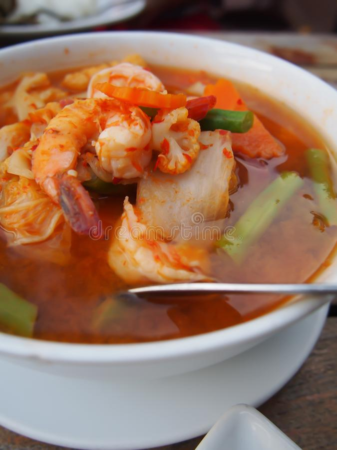 Sur curry med grönsaker liksom vit kål och lång böna och räka, thailändsk mat fotografering för bildbyråer