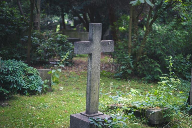 Sur de pierre tombale/cimetière - croix en pierre sur la tombe images libres de droits