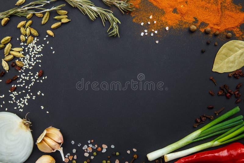 Sur des épices et des légumes d'un fond de noir Vue de ci-avant photo stock