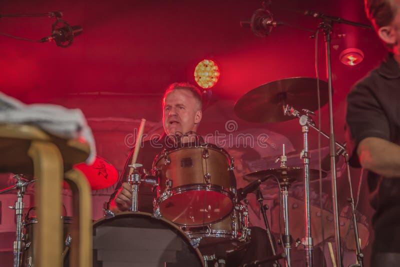 Sur des tambours Mike Hellier images stock