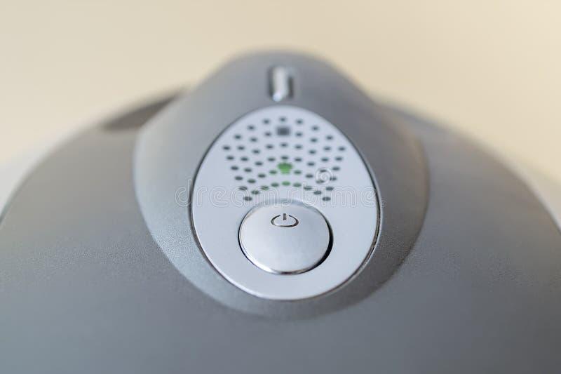 Sur et boutons de réinitialisation sur le dessus de l'unité de système d'ordinateur personnel Bouton de puissance sur la caisse d image stock