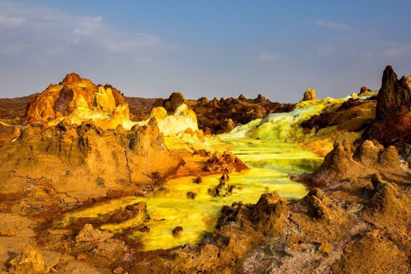 Sur flod och berg i den Danakil fördjupningen, Etiopien royaltyfri foto