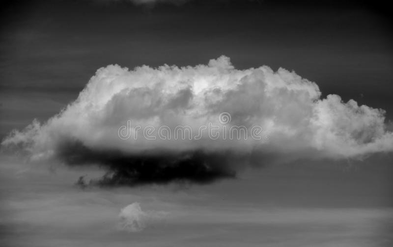 Sur fond noir, il convient aux concepteurs Nuages Cumuliform nudscape En météorologie, un nuage est un aérosol dans image stock