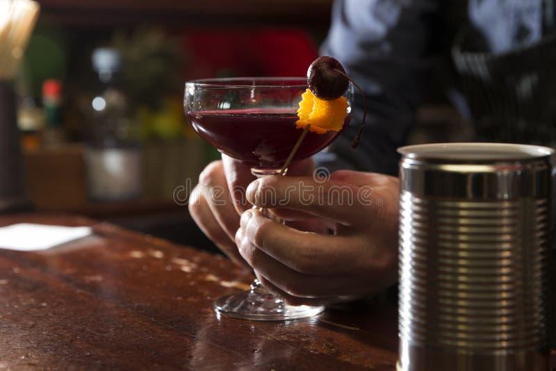 Sur körsbärsröd vodka royaltyfri fotografi
