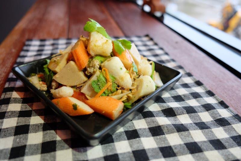 Sur & kryddig havs- nudel för thailändsk sallad, sellerigriskött royaltyfria bilder