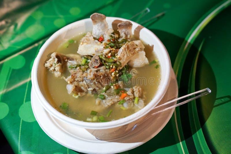 Sur kryddig soppa f?r det extra- st?det f?r grisk?tt, thail?ndsk soppastil fr?n foodtruck shoppar p? foodstreet, Bangkok, Thailan arkivfoton