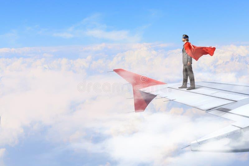 Sur l'aile de l'avion de vol images libres de droits