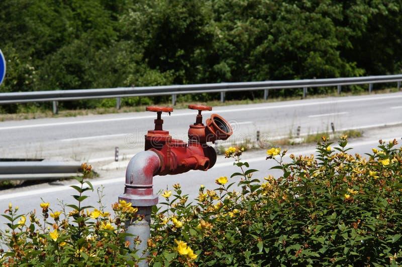 Sur l'autoroute urbaine près de la bouche d'incendie rouge de station service photographie stock