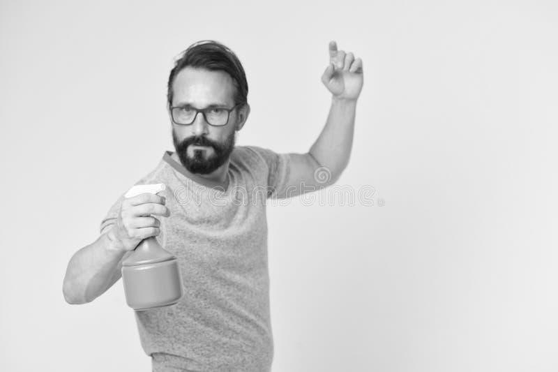 Sur la garde de la fraîcheur Régénérez le concept L'homme barbu avec des lunettes régénèrent arroser l'eau L'homme régénèrent ave photo stock