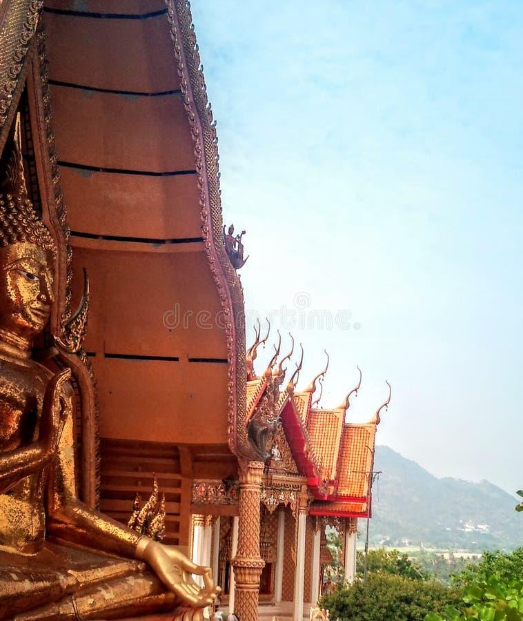 Sur la haute montagne tient le temple bouddhiste de la caverne Tha?lande de tigre photographie stock libre de droits